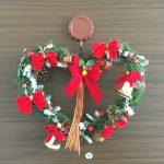 もうすぐクリスマス!ハートの形のリースを飾りました