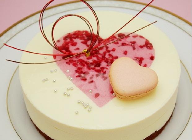 ホワイトチョコがおいしそうでハートがかわいいケーキ