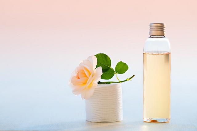 ニキビ肌・クレーター肌には普通の化粧水では効果がない?