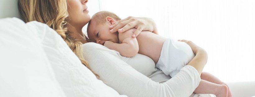 ラッコ抱き寝しか寝ない赤ちゃん!ソファで一緒に寝るのはもう限界!